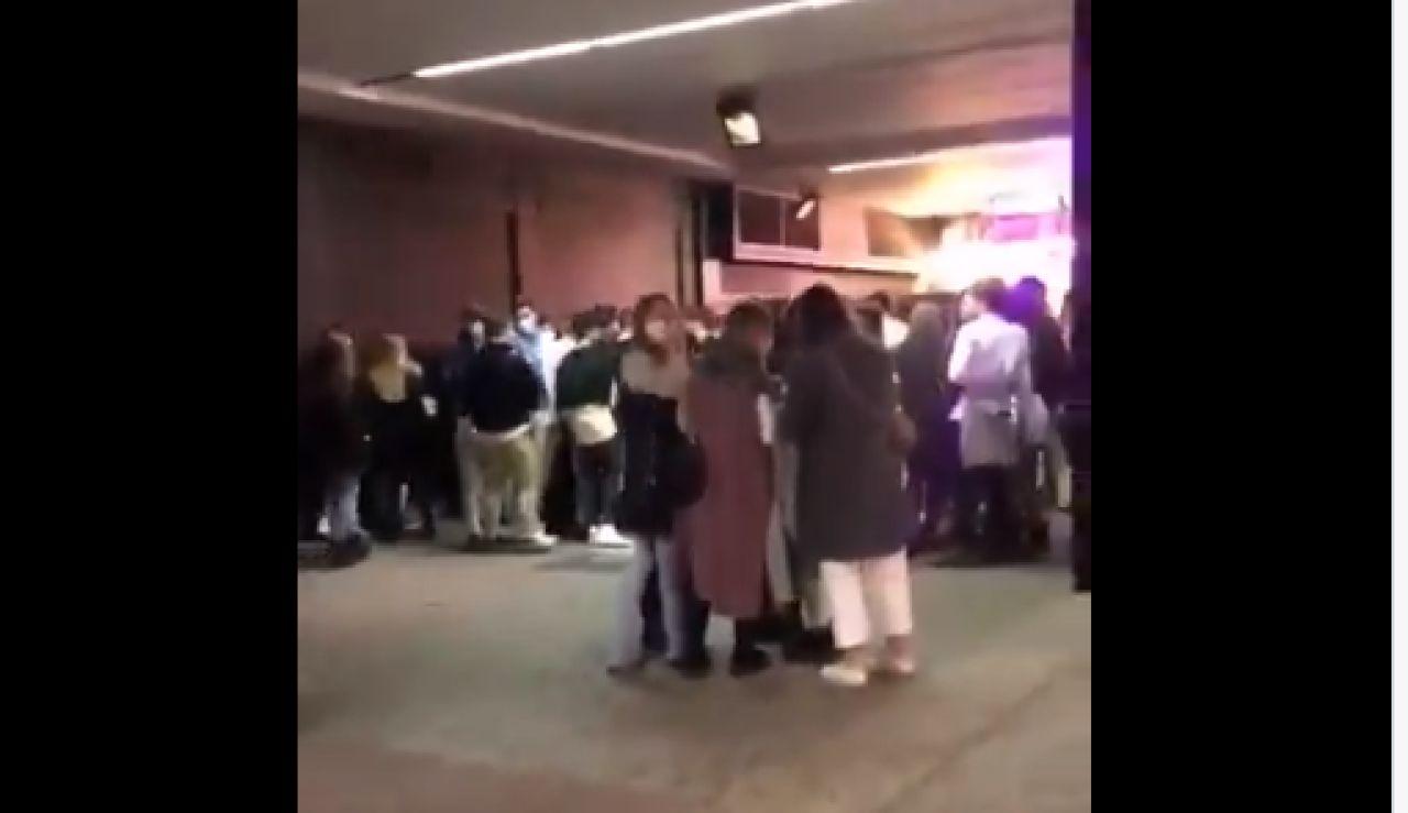 Decenas de jóvenes en la puerta de la discoteca La Nuit