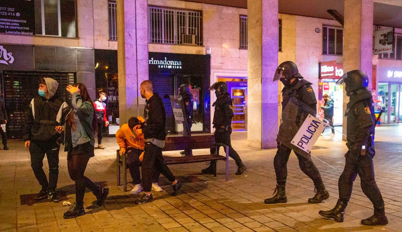 Agentes de Policía patrullan una calle de noche