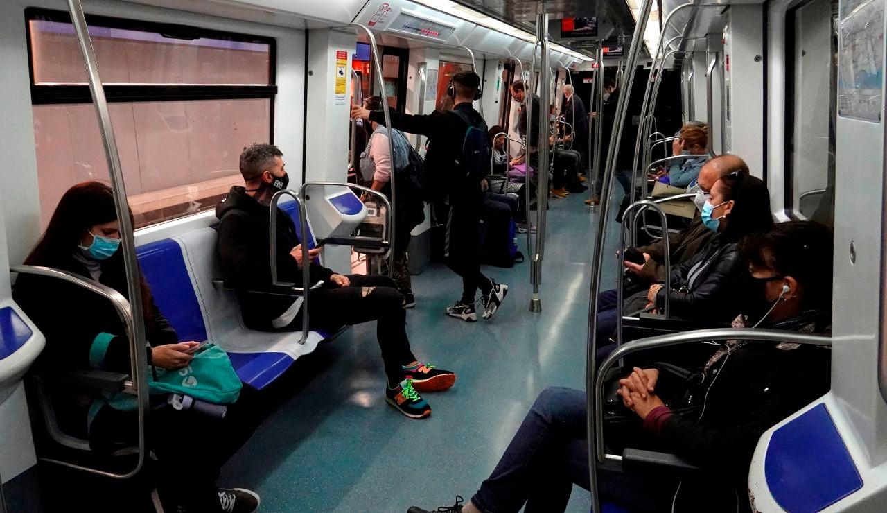 Varias personas en un vagón de metro en Barcelona