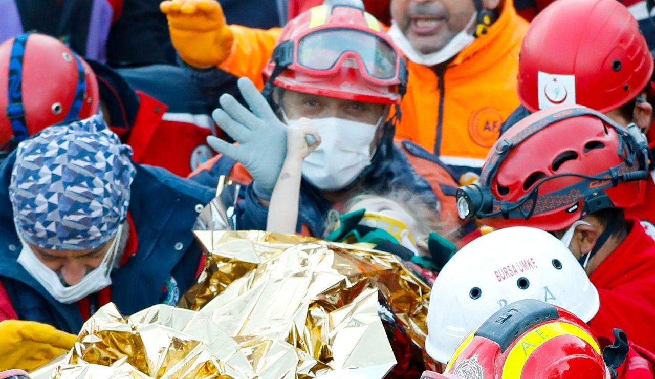 Rescatan a una niña de tres años bajo los escombros del terremoto de Turquía