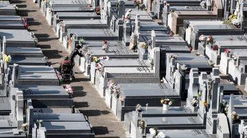 Vista general de las tumbas de un cementerio