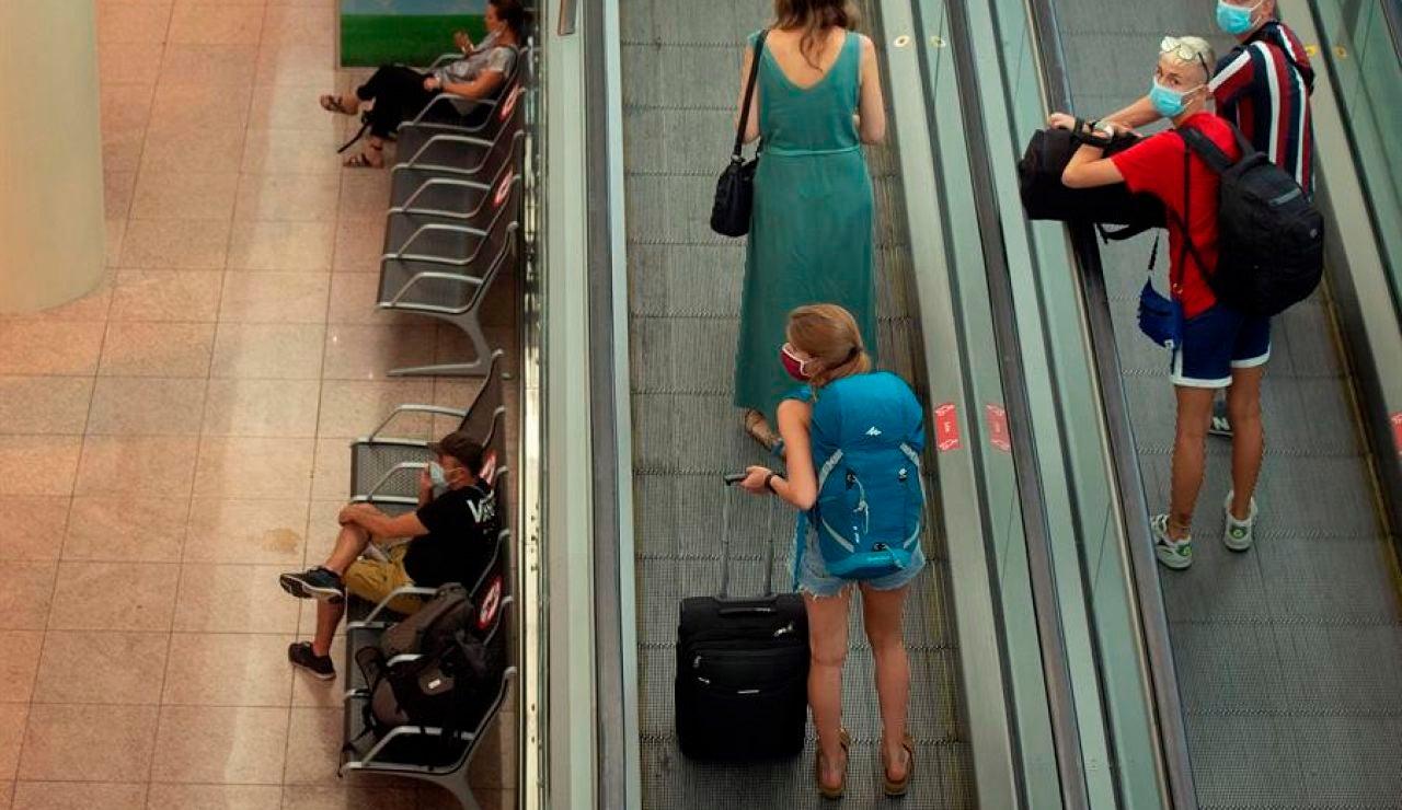 La T-2 del aeropuerto de El Prat, Marina d'Or y la Alhambra cierran de nuevo por el coronavirus.