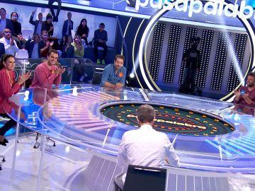 Leandro Rivera salva a Nuria Fergó y Pablo de un príncipe muy cruel en 'Una de Cuatro'