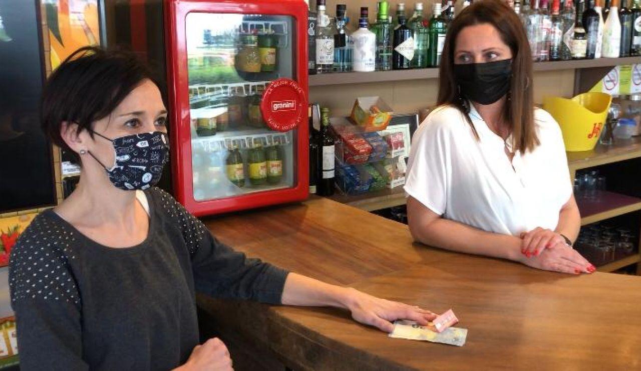 Una vecina de Ourense regala su presupuesto de cafés a un bar que debe cerrar por el coronavirus