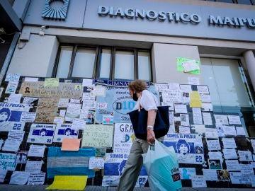 Carteles de apoyo a Diego Armando Maradona al frente de la clínica Olivos