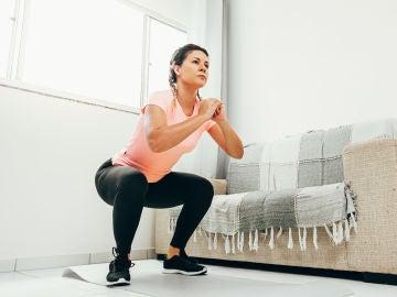 Mujer haciendo sentadillas