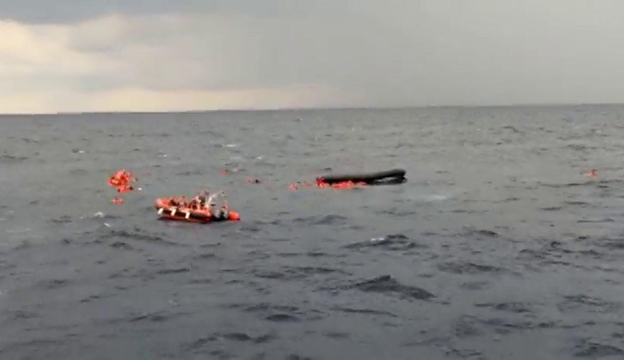 Open Arms intenta rescatar a 100 personas en el mediterráneo tras ceder el fondo de su patera