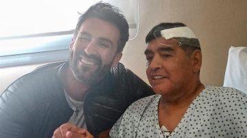 El jefe de prensa de Maradona muestra una imagen en Instagram junto a Leopoldo Luque, su médico, tras la operación de un coágulo en la cabeza.