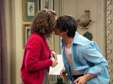 Fabián sorprende a Virginia con un beso robado