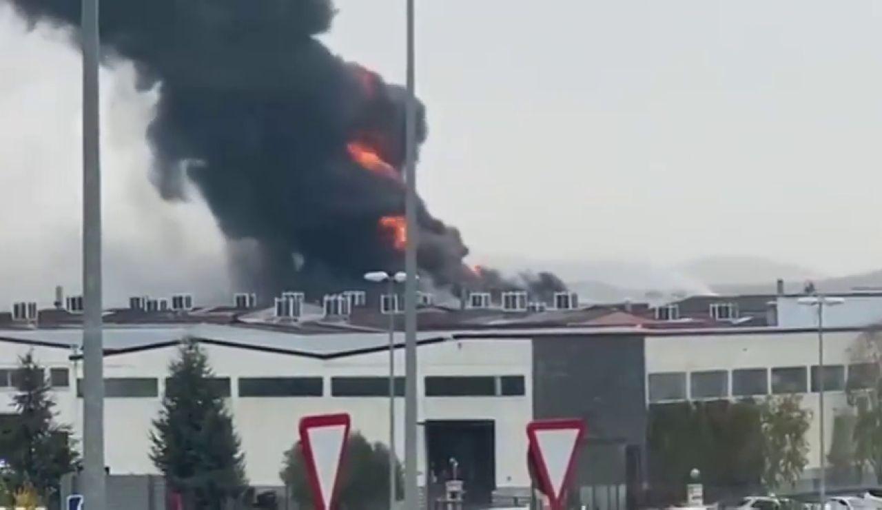 Herido grave un trabajador en el incendio de una empresa química en Oion que obliga a cerrar puertas y ventanas