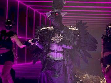 El Cuervo convierte 'Mask Singer' en una fiesta de reggaetón con 'Morado' de J Balvin