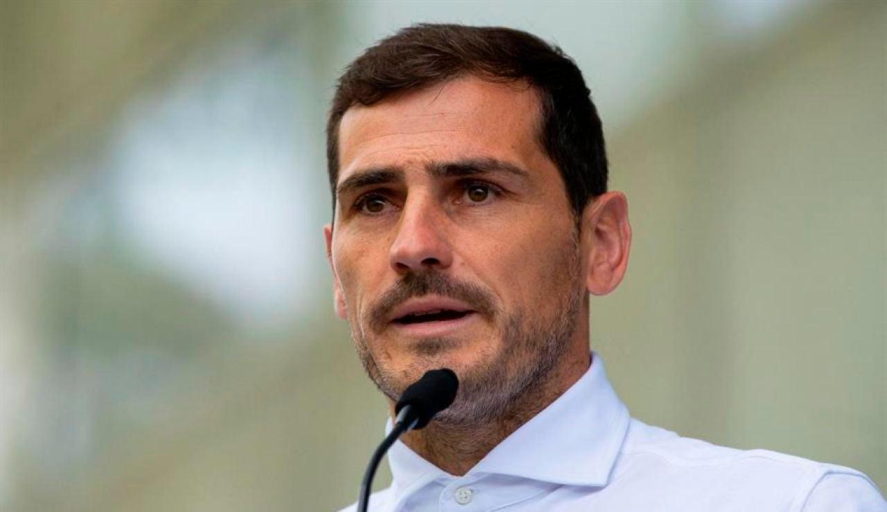 Iker Casillas y su foto al volante del 'coche fantástico' que despierta todo tipo de comentarios en las redes