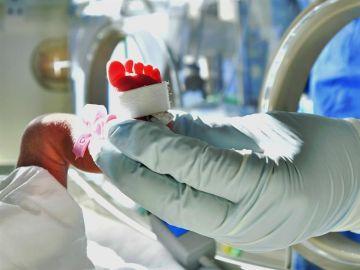 Bebé en una unidad de neonatos