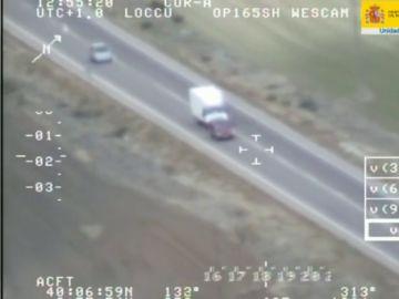 Vídeo: el desquiciante acoso de una furgoneta a otro coche grabado por las cámaras de la DGT