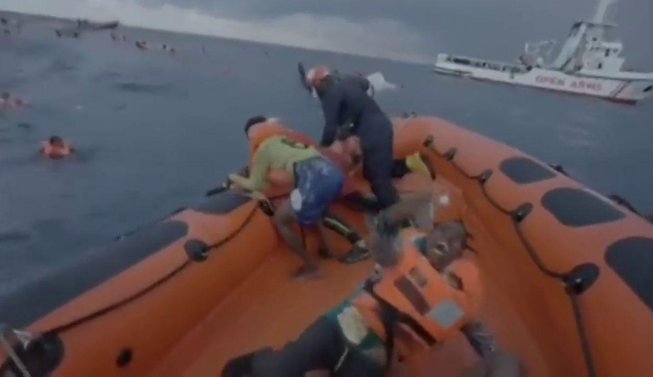 El desgarrador momento en el que una inmigrante rescatada por el Open Arms suplica ayuda al ver cómo se ahoga su bebé