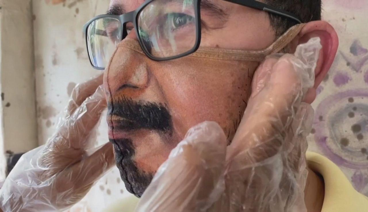 Un artista brasileño pinta las mascarillas con el rostro de la gente