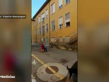 El vídeo viral de un hombre tocando el acordeón a las puertas del hospital donde se encuentra su mujer en Italia
