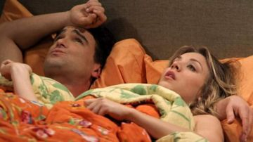 Kaley Cuoco y Johnny Galecki como Leonard y Penny en 'The Big Bang Theory'