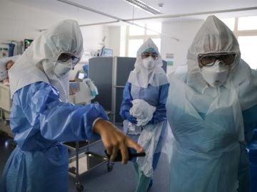 Una anciana muere de coronavirus en casa mientras dos de sus hijos están en la UCI en Asturias