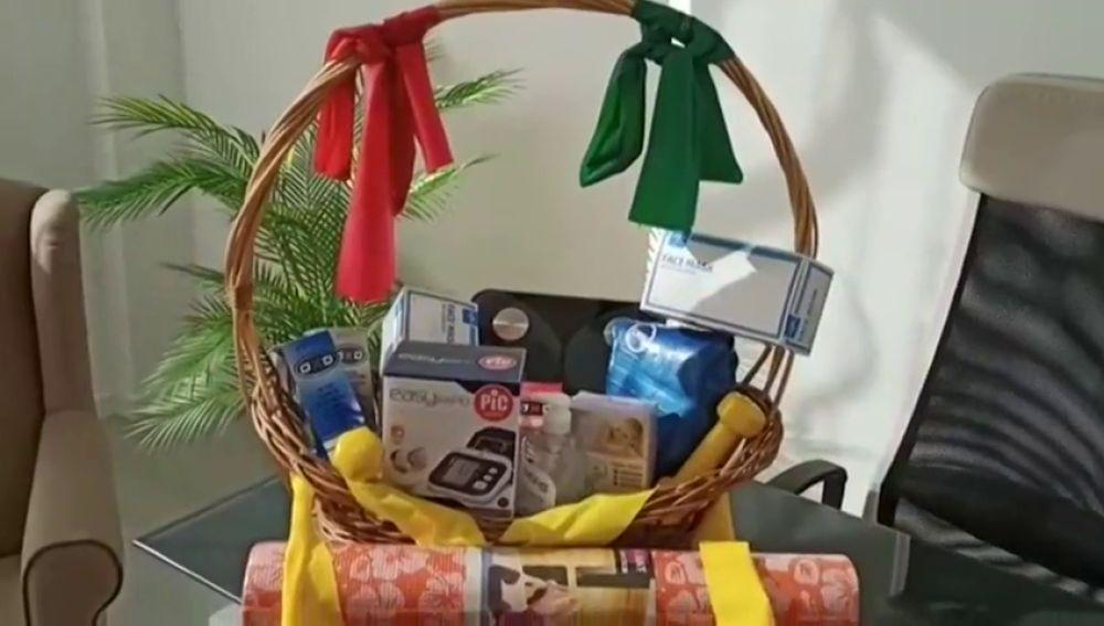 La propuesta de cesta de Navidad 'anti-covid' que sortea una clínica de Camariñas