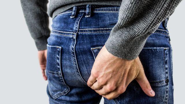 Un hombre tocándose el culo