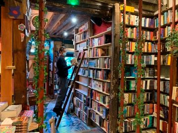 Día de las librerías 2020: librería Shakespeare and Company, de París, una de las librerías más bonitas del mundo en 2020