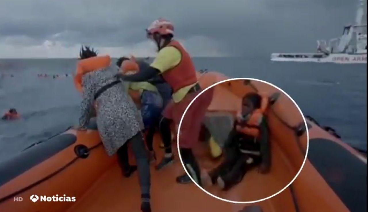 Así fue el rescate de Bangaly, el niño que ha perdido a su madre en el naufragio del Mediterráneo