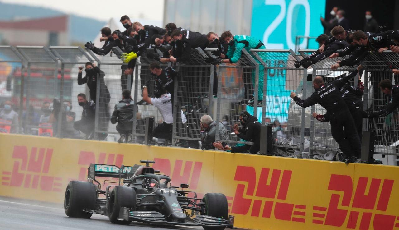 Hamilton cruza la meta y gana su séptimo mundial