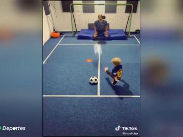 El pequeño futbolista de dos años que arrasa en TikTok