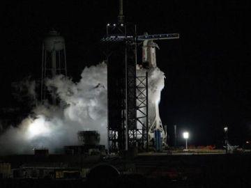El cohete SpaceX Falcon 9 que transporta la nave espacial Crew Dragon