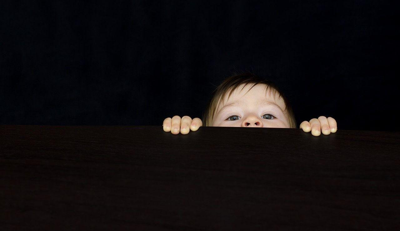Niño curioso