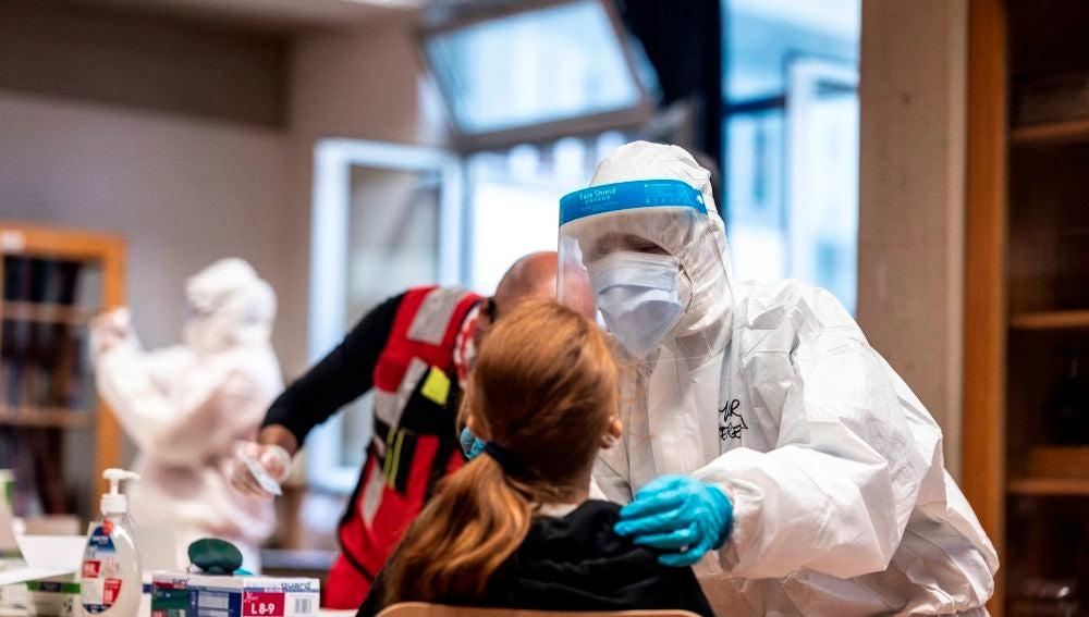Un sanitario realiza una PCR en Italia