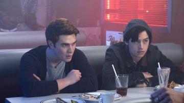 KJ Apa y Cole Sprouse en 'Riverdale'