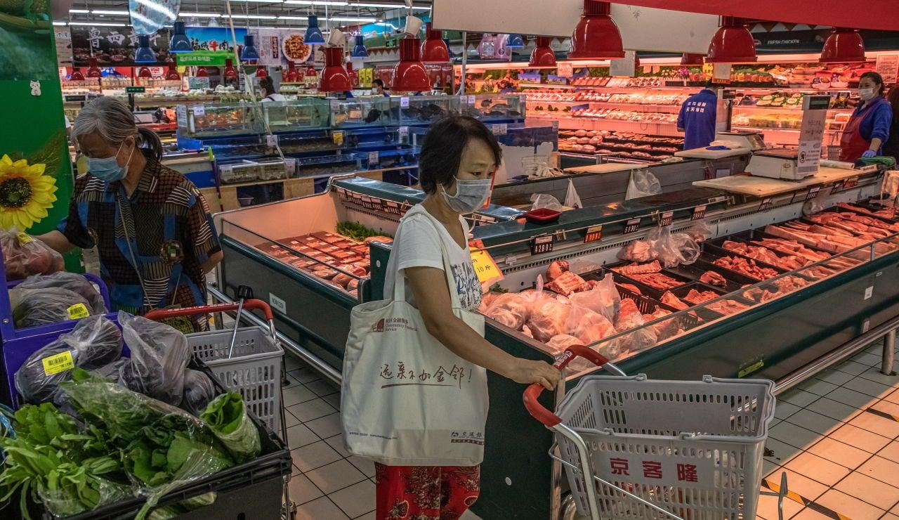 Una mujer compra en un supermercado de Pekín
