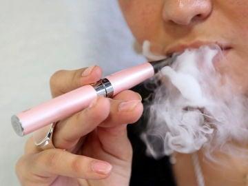 Una persona fumando con un cigarrillo electrónico