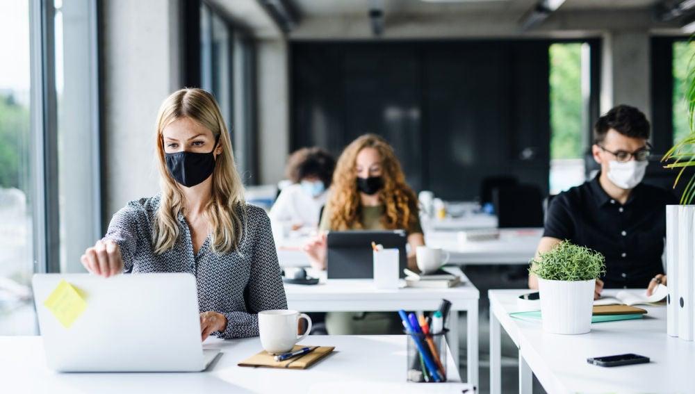 Trabajadores con mascarilla