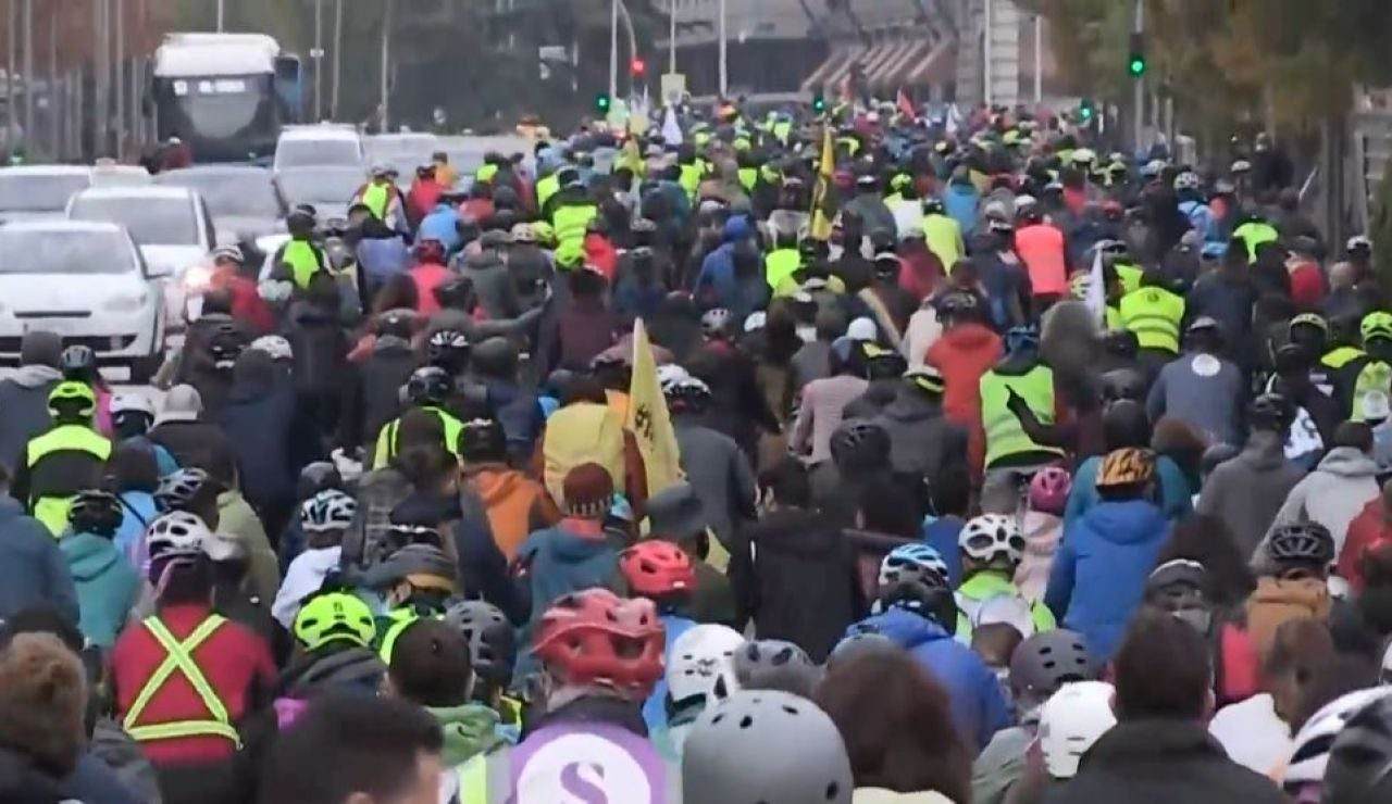 Miles de personas se manifiestan en Madrid para exigir carriles bici seguros al Ayuntamiento