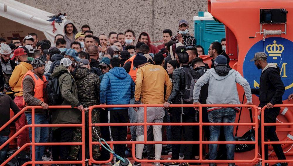 Inmigrantes llegan a bordo de una patrullera de Salvamento Marítimo al puerto de Arguineguín