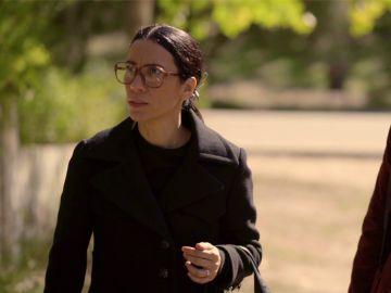 Manolita y Cristina descubren a Paco deshaciéndose de unos objetos sospechosos