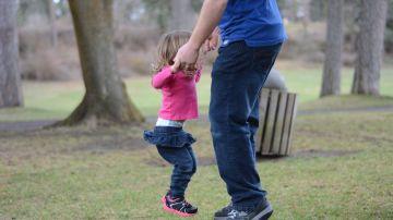 Padre e hija saltando