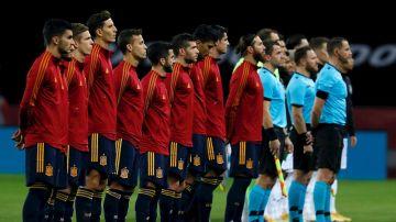 Los jugadores de la Selección española durante la ceremonia de los himnos