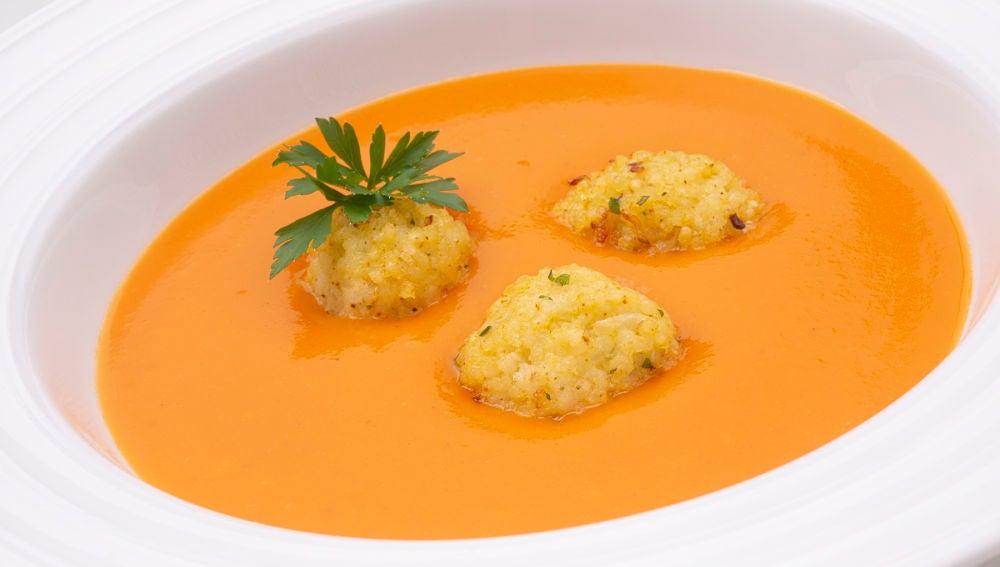 """La receta """"barata, sabrosa y que quita el hambre"""", de Karlos Arguiñano: crema de calabaza y naranja con bocados de mijo"""