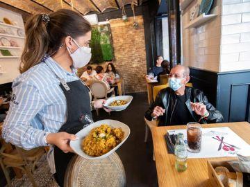 Un restaurante de Sevilla que iba a cerrar por el coronavirus reabre para ayudar a los más necesitados