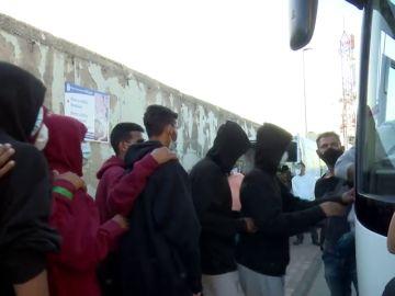 Sacan más de 200 inmigrantes del colapsado campamento de Arguineguín sin destino conocido
