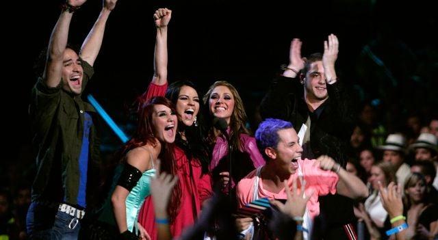 Poncho Herrera, Dulce María, Anahí Puente, Christian Chávez, Christopher Uckerman y Maite Perroni en un concierto de RBD