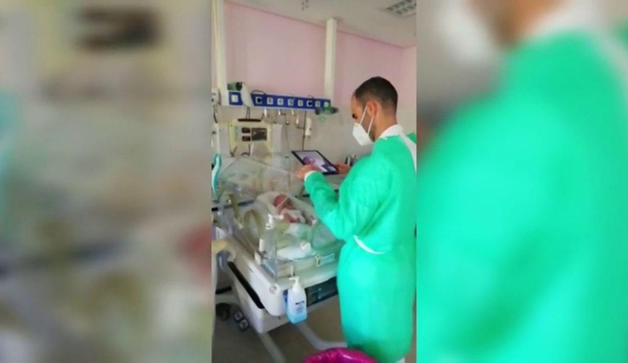 Un hospital en Granada conecta por videollamadas a unos padres positivos en coronavirus con su bebé prematuro