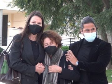 Esther Doña junto a su madre y su hermano