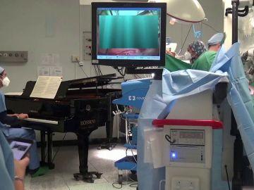 Momento de la operación con un piano de cola en el quirófano