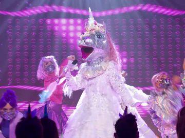 El Unicornio se transforma en una diosa del pop como Cher con 'Believe'