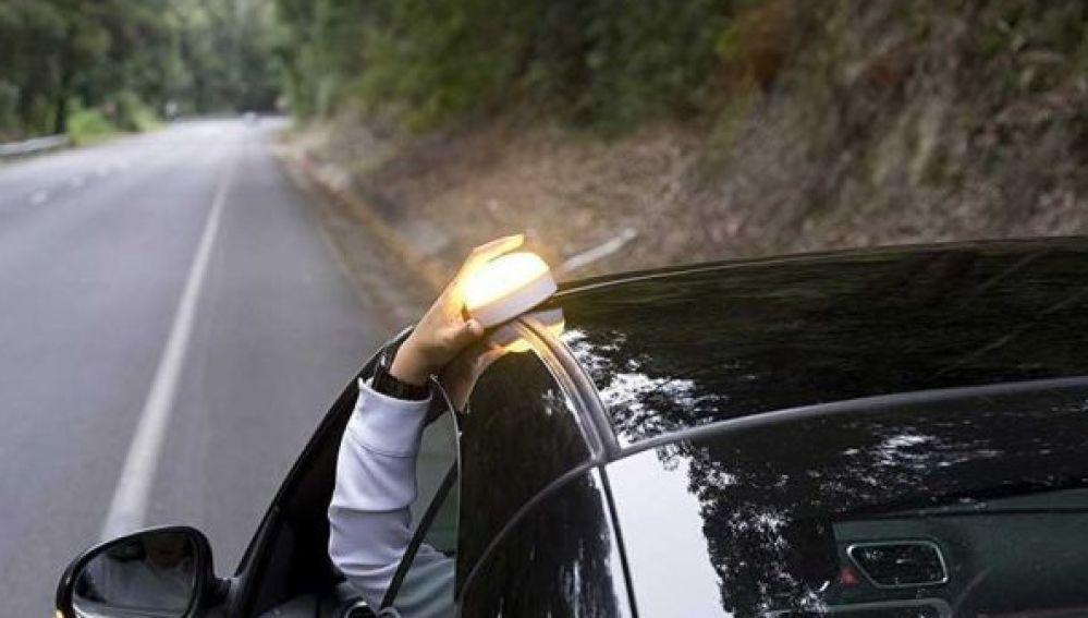 ¿Qué es la luz 'Help Flash'? Así es la nueva medida de la DGT que sustituye a los triángulos